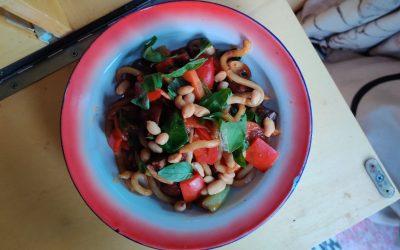 Noedels met groenten, pindasaus en basilicum
